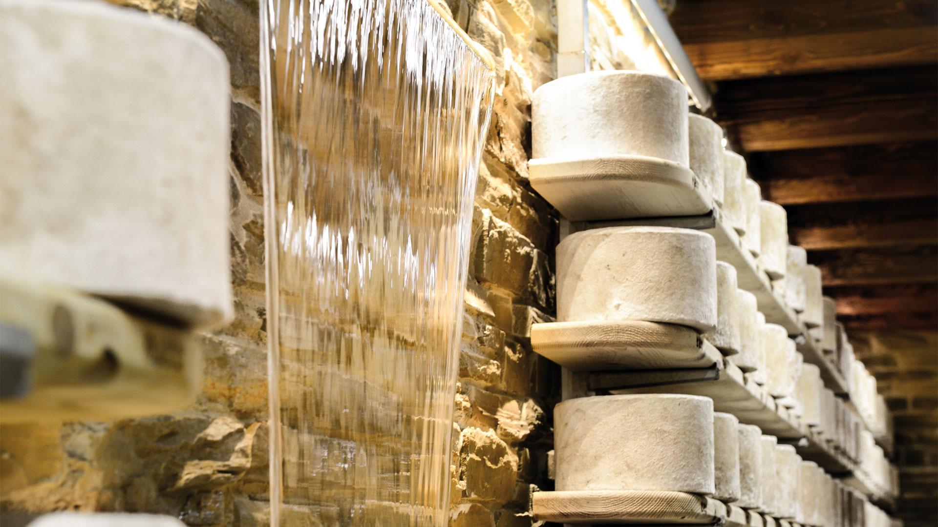Società Agricola La Bruna : Castelmagno D'alpeggio Dop e Castelmagno  di Montagna invernale Dop prodotti  seguendo le più antiche usanze.