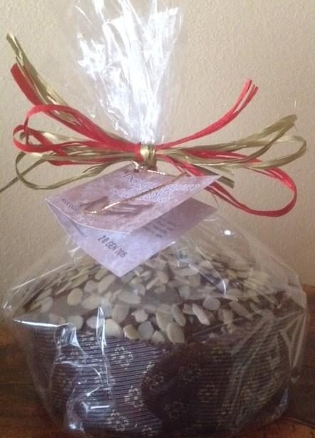 Biologischer panettone mit mandeln, dinkel-panettone, mit schokolade, im holzofen gebacken - Forno Astori