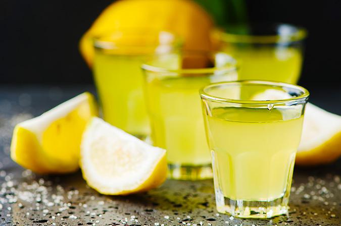 Il limoncello è un liquore italiano a base di buccia di limone famoso in tutto il mondo