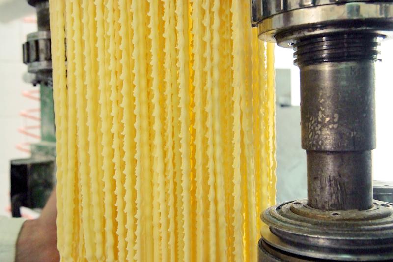 Pastificio F. lli Setaro - Artisans des pâtes depuis 3 générations: traitement artisanal, mélanges de semoule de blé dur et d'eau pure, dessin bronze.