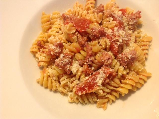 Fusilli mit Tomatenstücken und frischer Schweinesalami