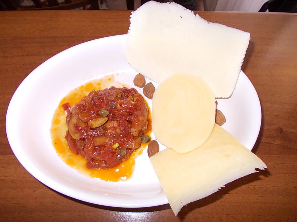 Sizilianische Caponata aus Auberginen mit sizilianischem Käse