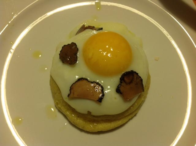 Polenta mit Ei und Trüffel-Carpaccio vom schwarzen Trüffel