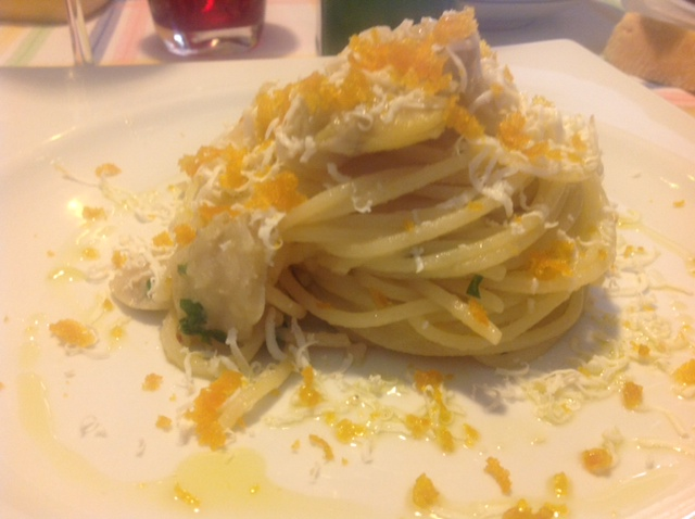 Spaghetti con Fave e huevas de salmonete