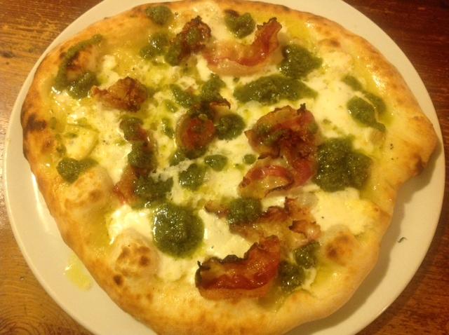 Pizza con Pesto alla Genovese Muaje  Rigatino Toscano Macelleria Balestri Mozzarella di Bufala Campana Casearia Sant'Antimo.