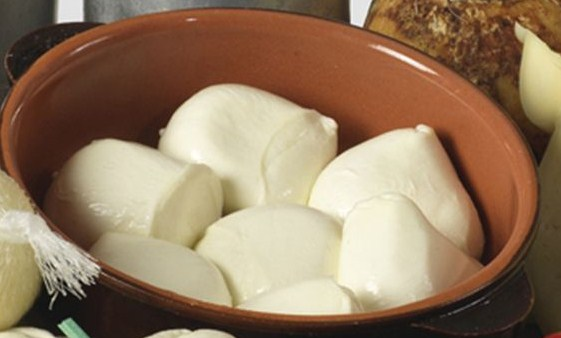 il Caseificio Olanda prepara ogni giorno bianche delizie: Mozzarella Fior di Latte Pugliese