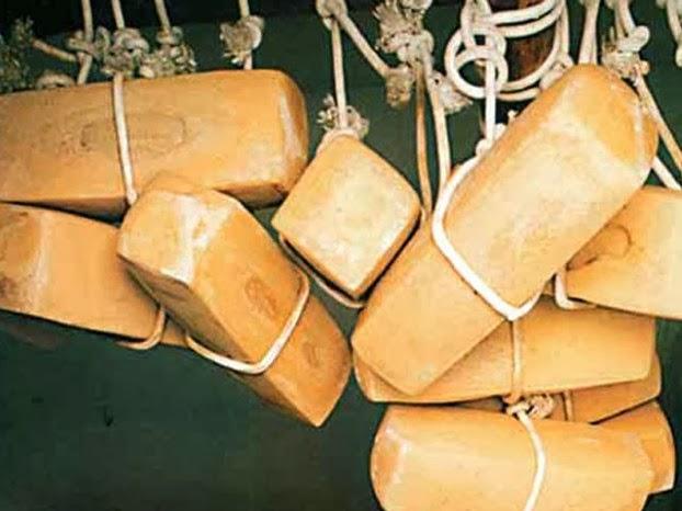 Caseificio Poma Gioacchino: Caciocavallo Siciliano La sua produzione/lavorazione avviene manualmente