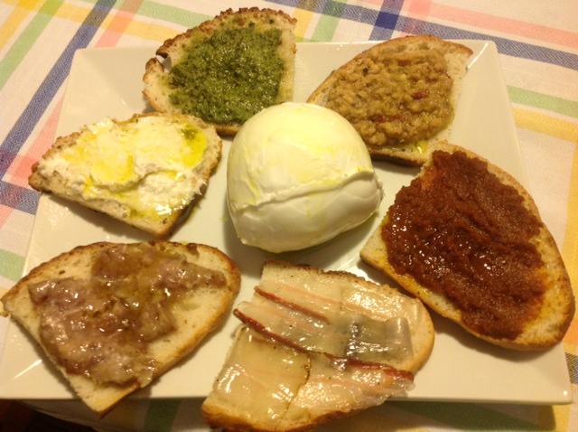 Gemischte Bruschetta aus selbstgemachtem Brot